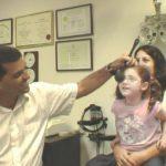 פרופ' יאיר מורד - רופא עיניים ילדים בבדיקת ראייה