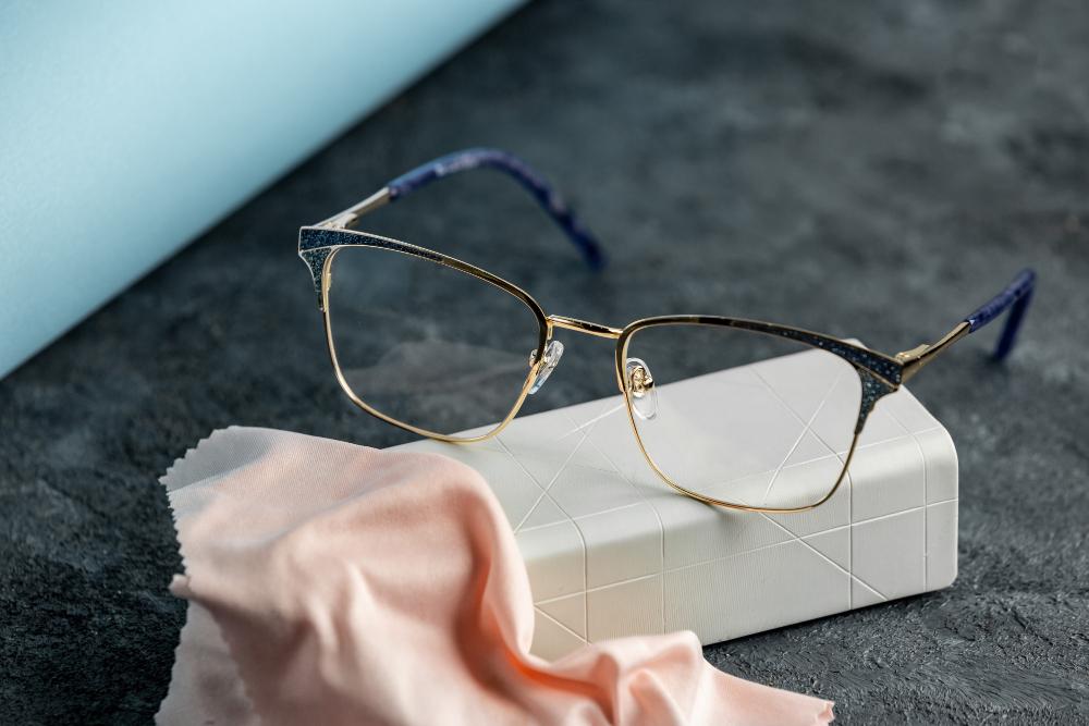 שמירה על עדשות משקפיים