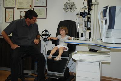 פרופ' מורד יאיר בבדיקה של ילדה  (ניתוח פזילה).